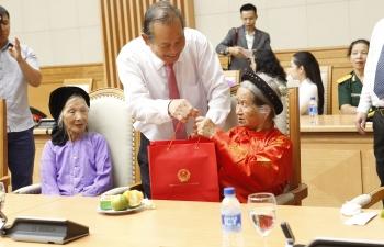 Phó Thủ tướng tiếp đại diện gia đình liệt sĩ và cựu chiến binh tiêu biểu toàn quốc