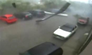 Lốc xoáy cuốn bay nhà máy