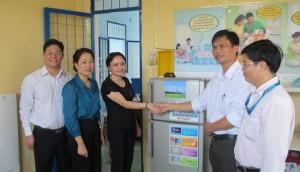 Công đoàn BSR tặng tủ lạnh cho bệnh xá xã Bình Hòa