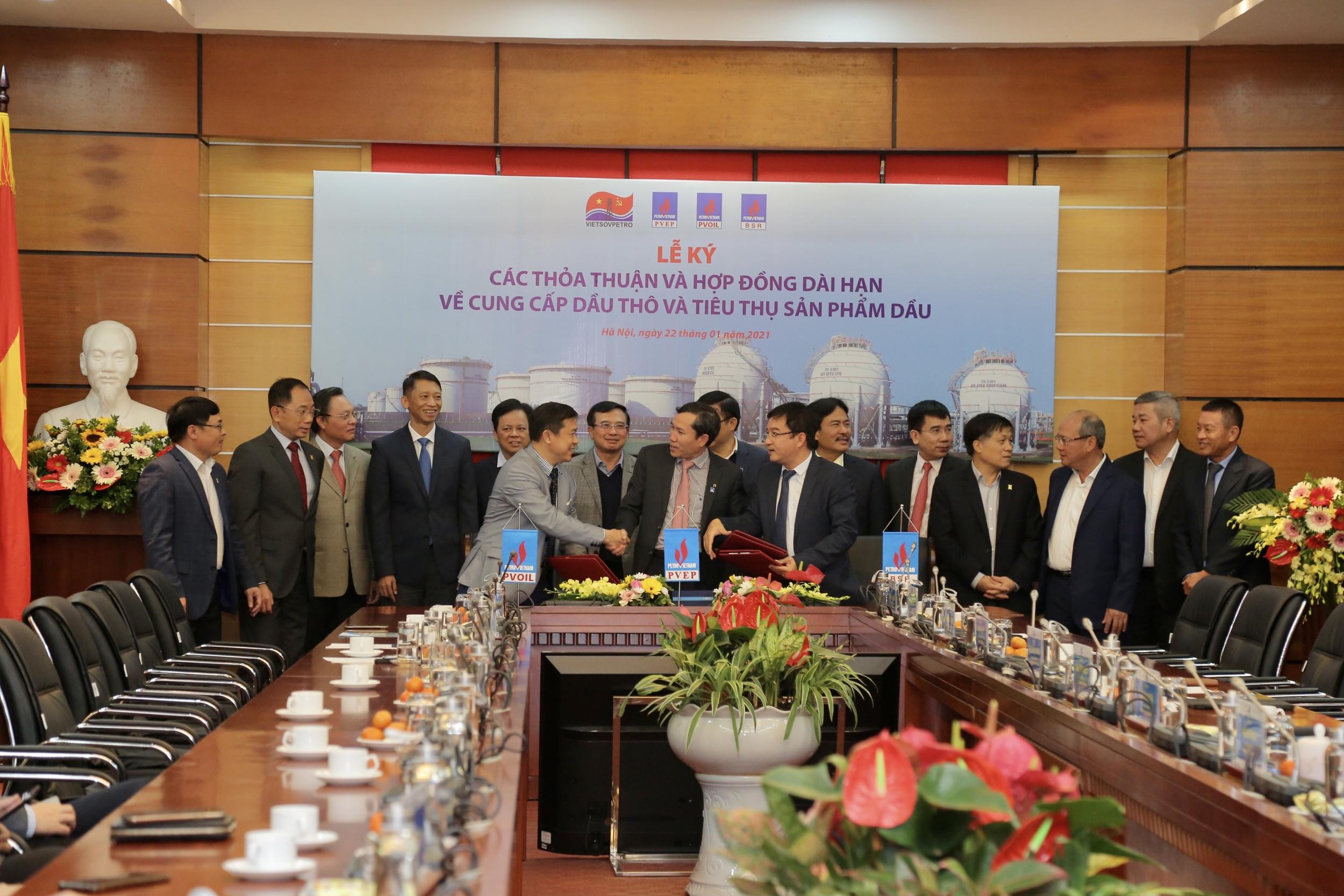 Các đơn vị thành viên Petrovietnam ký các thỏa thuận và hợp đồng dài hạn về cung cấp dầu thô và tiêu thụ sản phẩm dầu