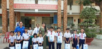 Đoàn thanh niên Xí nghiệp Địa vật lý Giếng khoan trao học bổng cho các em học sinh nghèo học giỏi