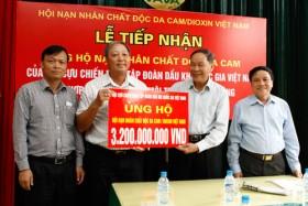 Hội CCB Tập đoàn Dầu khí Việt Nam tặng quà cho các nạn nhân chất độc da cam