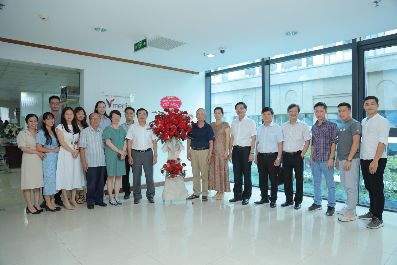 Chủ tịch HĐTV Petrovietnam Hoàng Quốc Vượng cùng tập thể cán bộ truyền thông Công ty Năng lượng Việt và Thời Mới