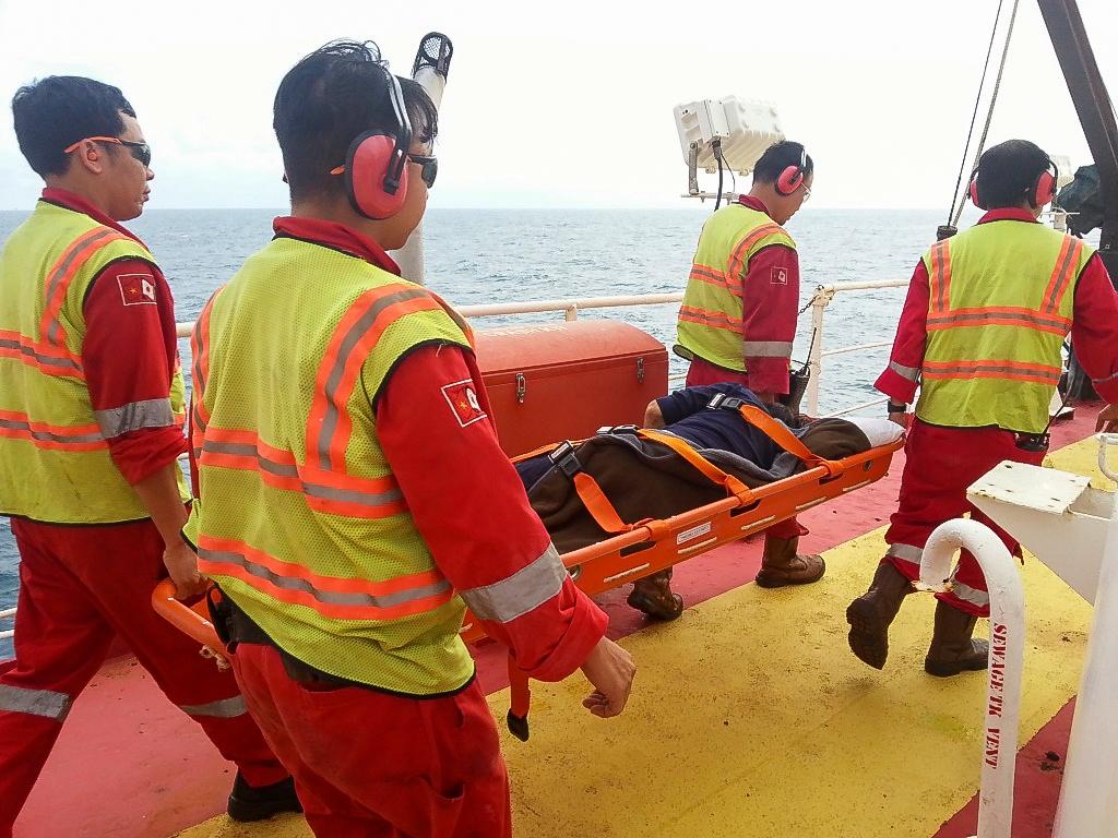 CBNV PVEP cứu trợ ngư dân gặp tai nạn trên biển