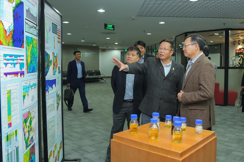Lãnh đạo Tập đoàn Dầu khí Việt Nam nghe giới thiệu về kết quả triển khai công tác tìm kiếm thăm dò dầu khí của VPI