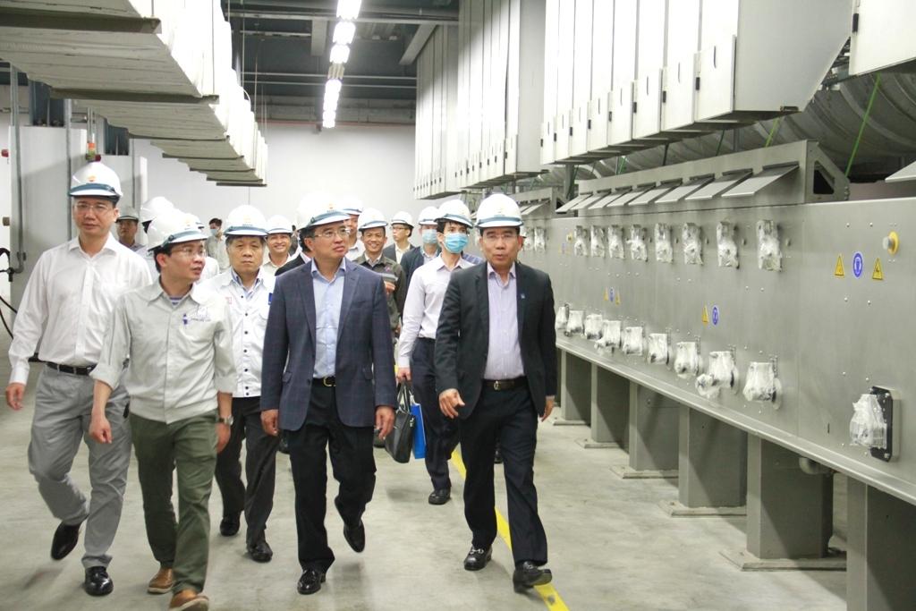 Lãnh đạo Tập đoàn kiểm tra hệ thống thiết bị công nghệ sản xuất xơ sợi tổng hợp tại Nhà máy Xơ sợi Đình Vũ.