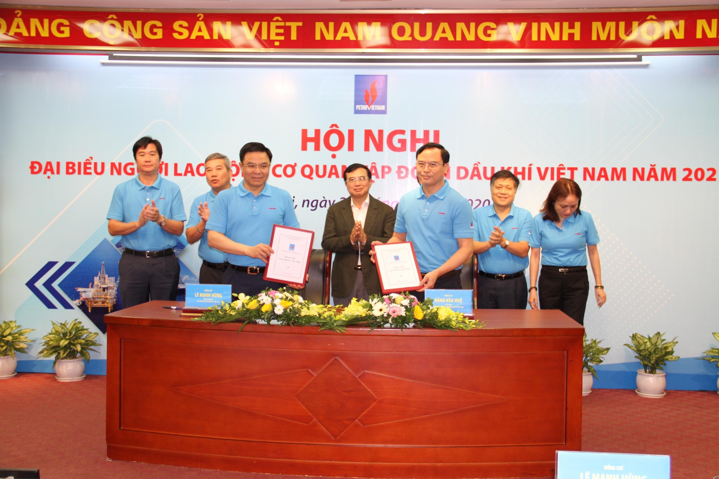 Tổng giám đốc Petrovietnam Lê Mạnh Hùng và Chủ tịch Công đoàn Cơ quan Tập đoàn Đặng Văn Huệ ký kết Thỏa ước lao động tập thể mới căn cứ theo Luật lao động năm 2019 và có nhiều lợi điểm hơn cho người lao động Tập đoàn.