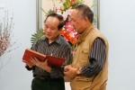 Nhà văn Nguyễn Như Phong trao tặng Tạp chí Văn nghệ Quân đội tập tư liệu quý