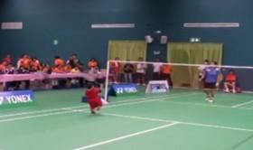 Kinh ngạc chú bé 2 tuổi chơi cầu lông cực đỉnh