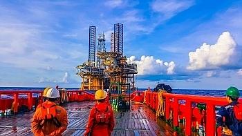 Tin thị trường: Tín hiệu tiêu cực về nhu cầu dầu, OPEC+ kéo dài hạn ngạch cắt giảm