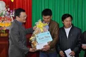 Đoàn Thanh niên PVC thăm tặng quà công nhân nghèo