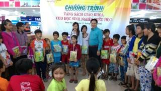 Phan Khang tặng hơn 10.000 bộ sách giáo khoa cho học sinh nghèo hiếu học