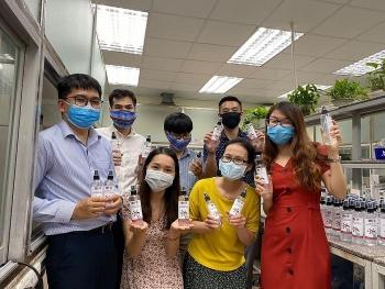 Đoàn Thanh niên Vietsovpetro pha chế dung dịch rửa tay sát khuẩn phòng chống dịch bệnh Covid-19