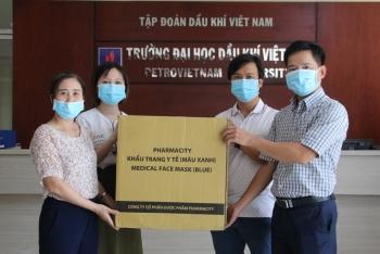 Công đoàn PVU cấp phát khẩu trang cho cán bộ, giảng viên, người lao động