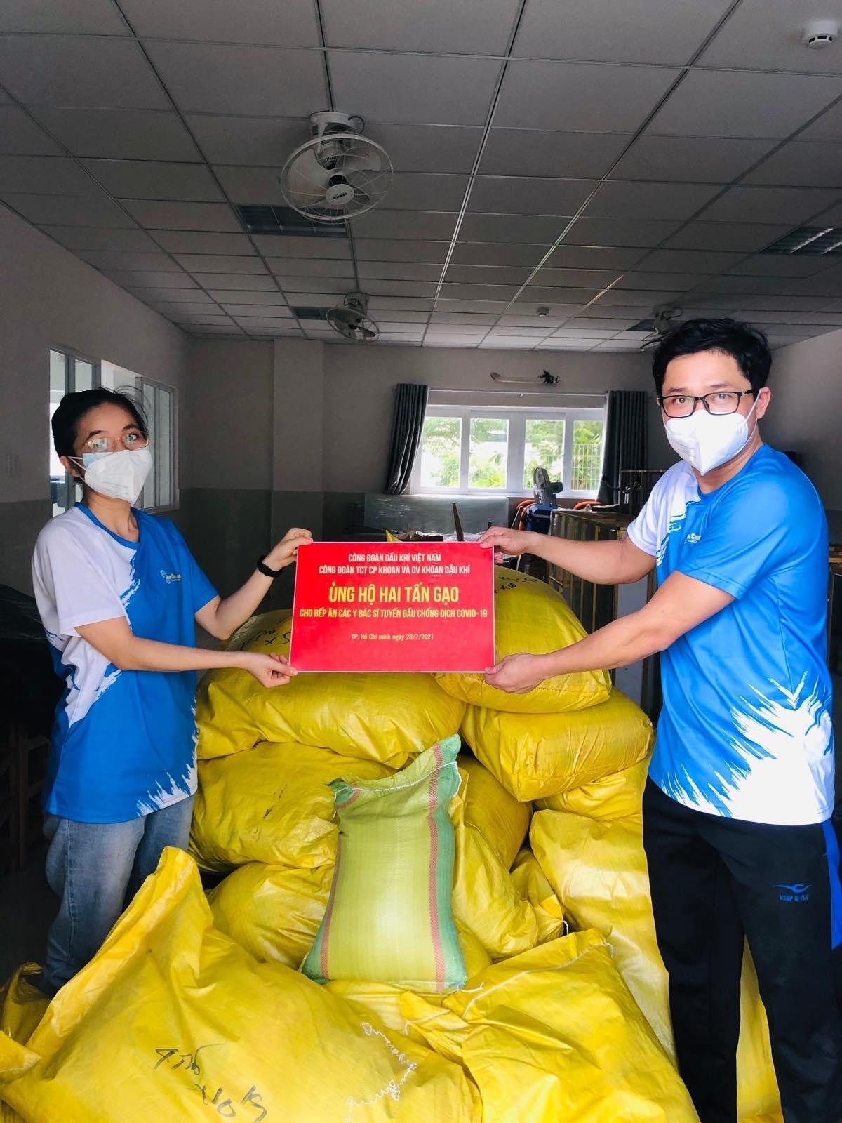 Công đoàn PV Drilling trao tặng 2 tấn gạo cho bếp ăn các y bác sĩ, nhân viên y tế đang chống dịch tại TP HCM