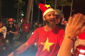 Người dân Vũng Tàu vui mừng khi đội tuyển Việt Nam lên ngôi vô địch