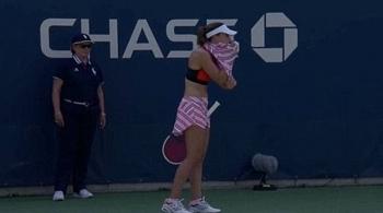 Lộ nội y trên sân đấu, tay vợt nữ người Pháp gây tranh cãi