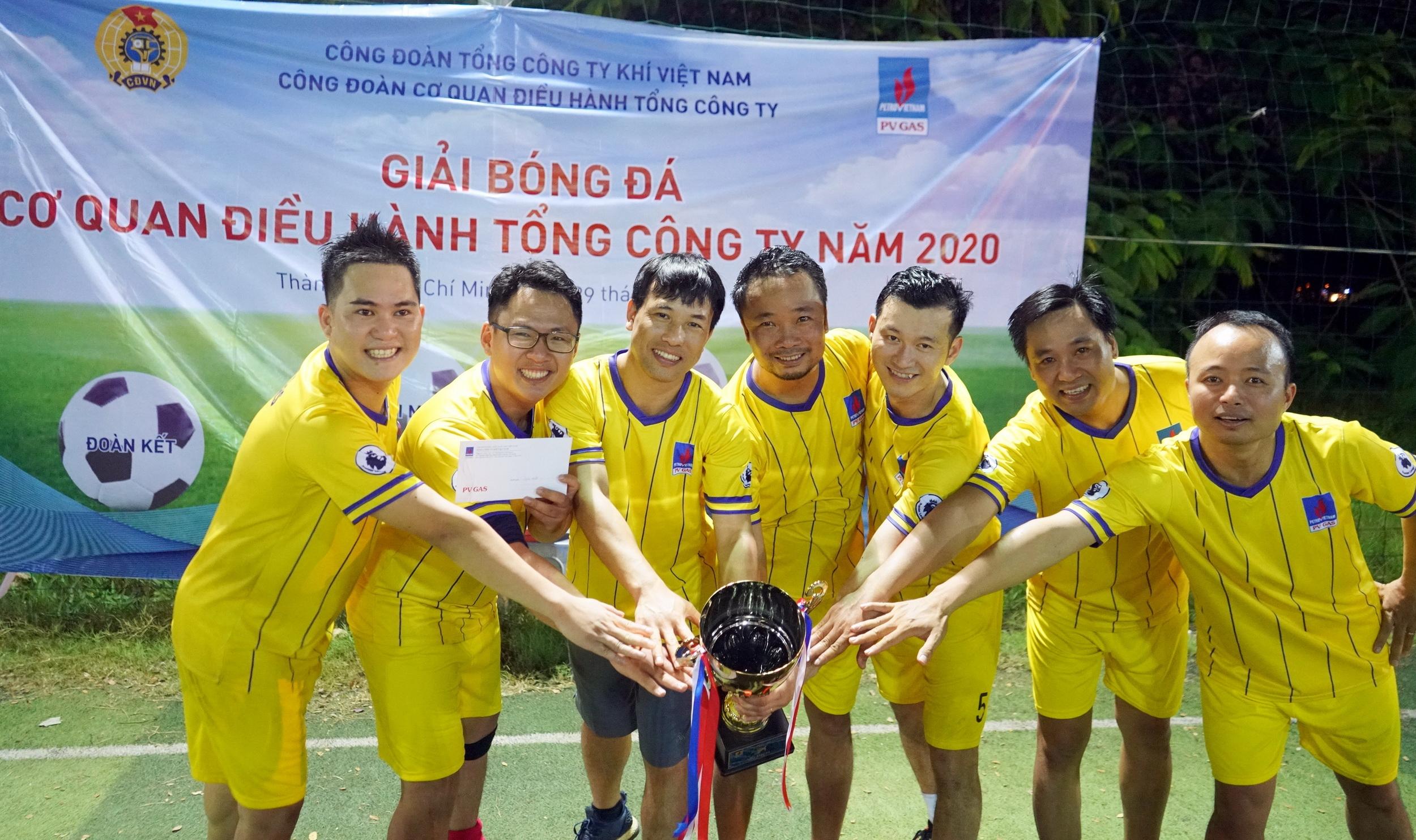 Niềm vui nhận Giải Nhất của Giải bóng đá CQĐH PV GAS 2020