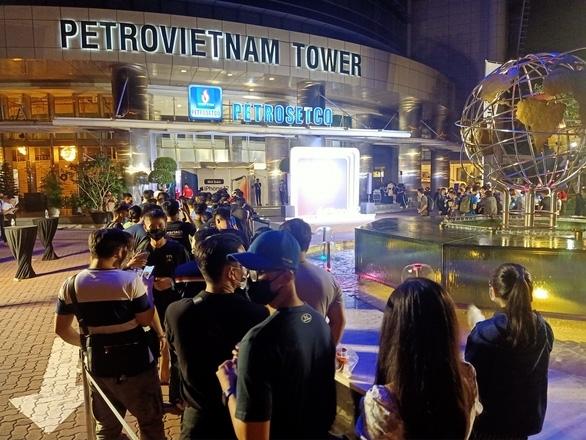 Người tiêu dùng TP HCM xếp hàng dài chờ mua iPhone 12 khi Petrosetco mở bán