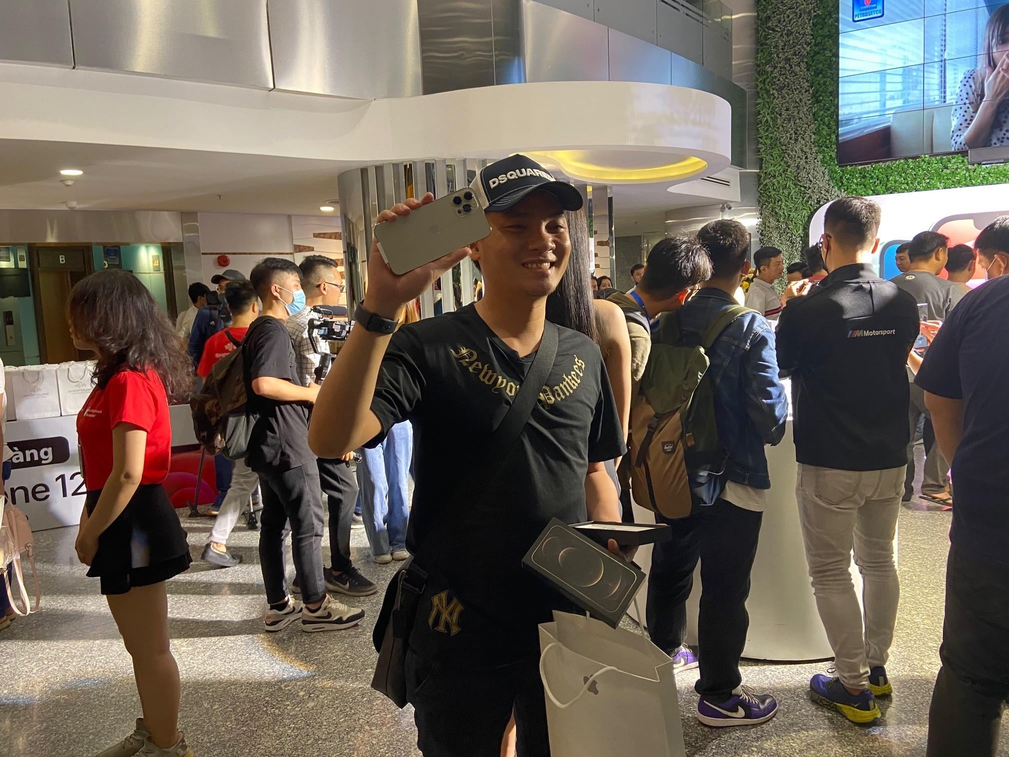 Những khách hàng đầu tiên sở hữu iPhone 12 series tại Việt Nam