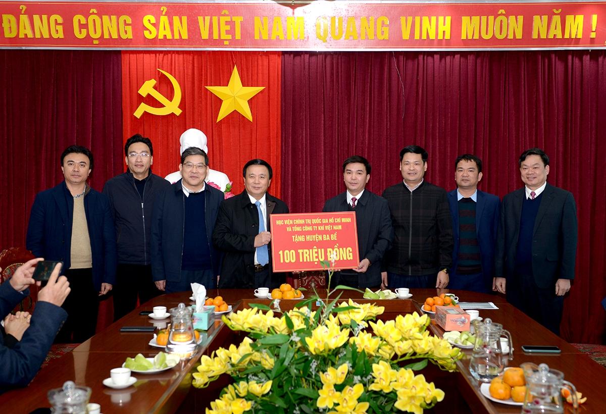 Đồng chí Nguyễn Xuân Thắng và đoàn công tác đã tặng Huyện Ba Bể 100 triệu đồng để hỗ trợ các gia đình chính sách, hộ nghèo trên địa bàn huyện nhân dịp Tết Nguyên đán Tân Sửu 2021.