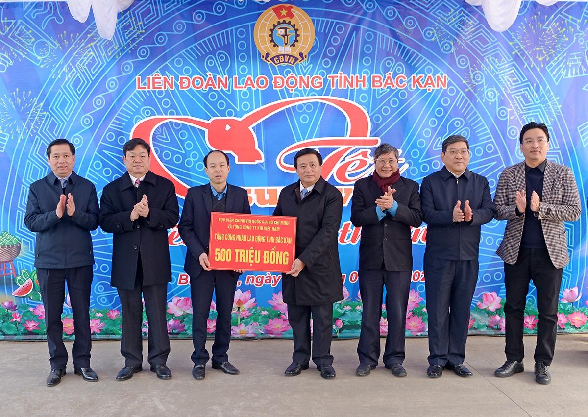 hay mặt Học viện Chính trị quốc gia Hồ Chí Minh, đồng chí Nguyễn Xuân Thắng và Tổng Công ty Khí Việt Nam  tặng 500 triệu đồng cho công nhân, người lao động tỉnh Bắc Kạn