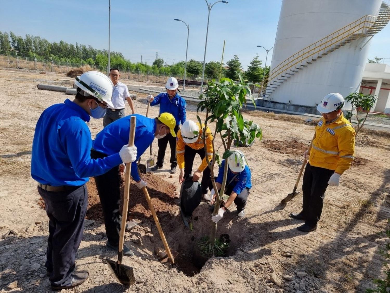 Trong chương trình, các đoàn viên, thanh niên và CBCNV Xí nghiệp đã thực hiện trồng 60 cây xoài cát Hòa Lộc