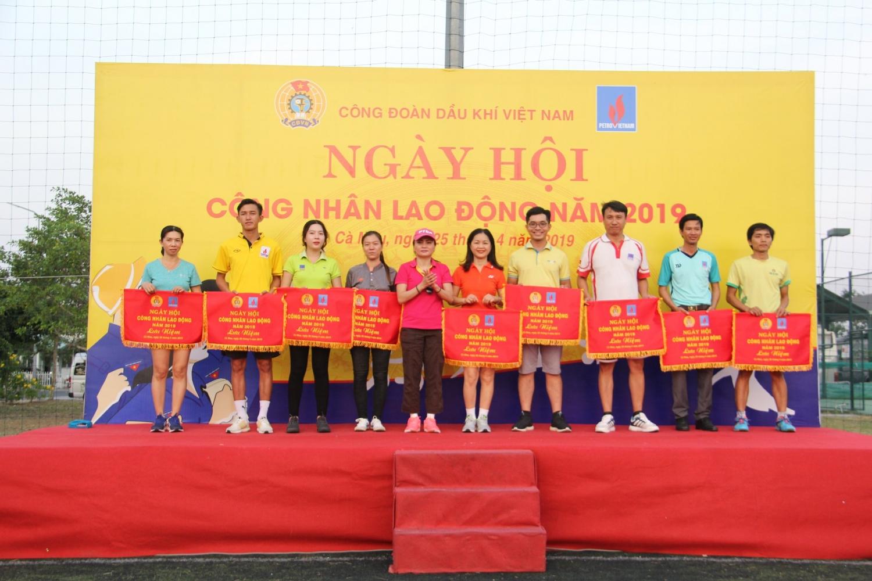 Trao cờ lưu niệm cho các đội tham dự Hội thao