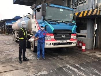 Các kho xăng dầu PVOIL hỗ trợ bữa trưa cho tài xế xe bồn trong những ngày chống dịch Covid-19