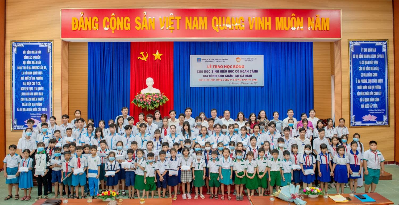 Niềm vui của các em nhỏ vượt khó học giỏi Cà Mau