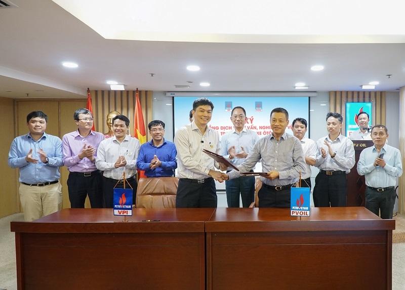 Ông Đoàn Văn Nhuộm - Tổng Giám đốc PVOIL (phải) và ông Nguyễn Anh Đức - Viện trưởng VPI (trái) đã thực hiện nghi thức ký kết hợp đồng trước sự chứng kiến của Ban Lãnh đạo hai đơn vị.