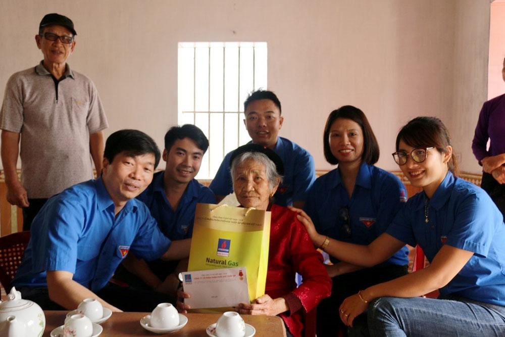 KTA tặng quà cho 21 Bà mẹ VNAH tỉnh Thái Bình