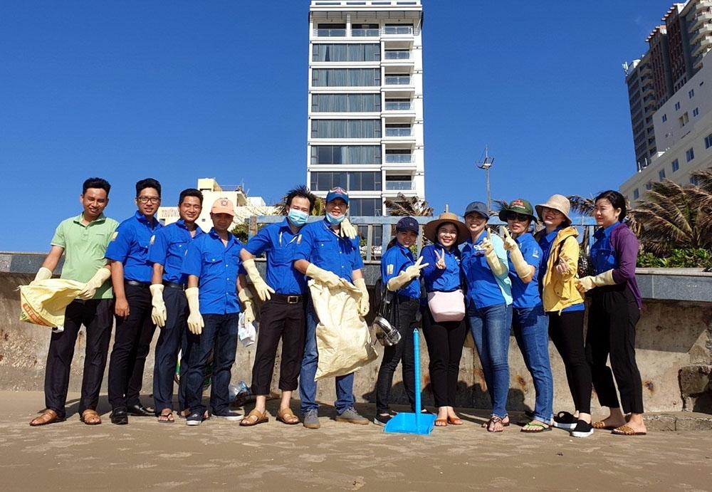 Tuổi trẻ PV GAS D tổ chức nhặt rác bãi biển Vũng Tàu