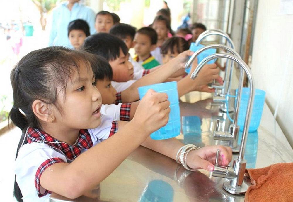 Niềm vui của các em học sinh được uống nước sạch