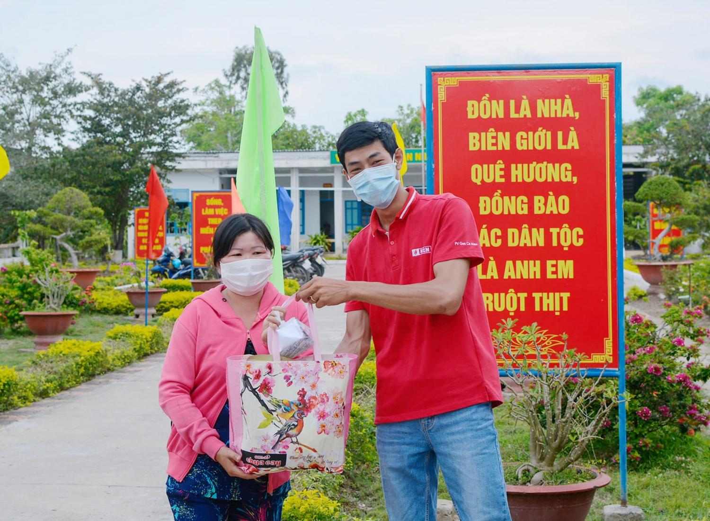 Đoàn Thanh niên KCM tặng quà cho các gia đình khó khăn
