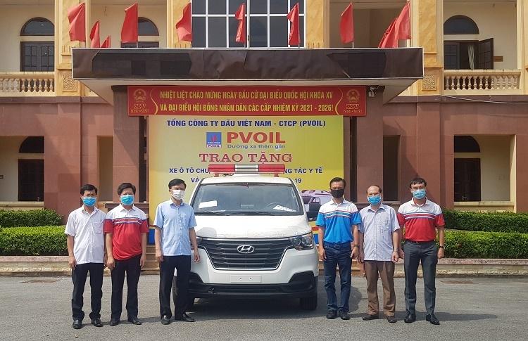 Lãnh đạo PVOIL và huyện Kim Động tại buổi bàn giao xe