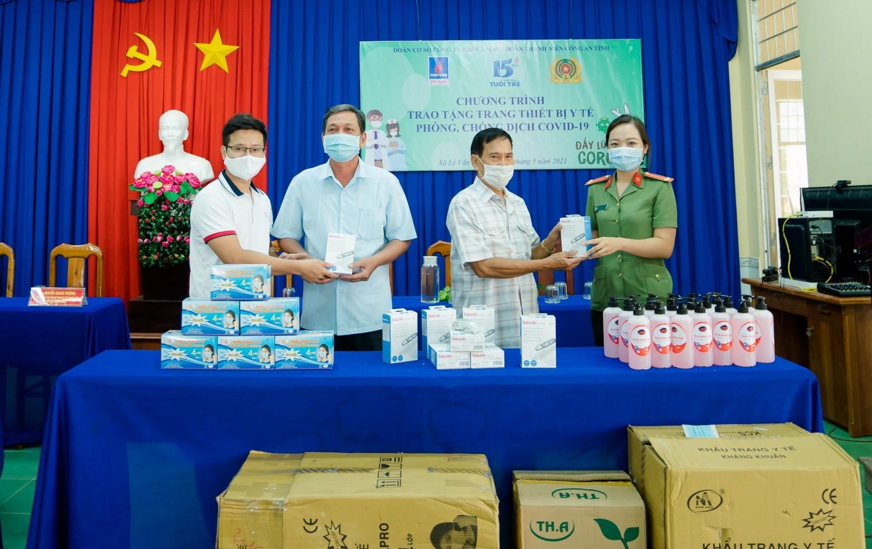 PV GAS trao tặng khẩu trang và nước sát khuẩn cho các điểm tổ chức bầu cử tại Cà Mau