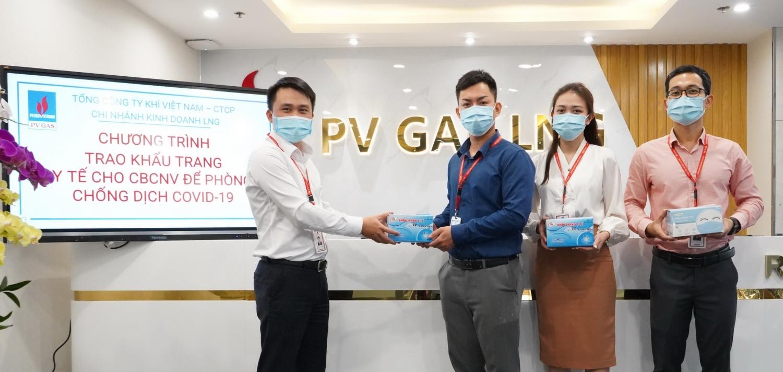Công đoàn PV GAS LNG trao nhu yếu phẩm phòng chống dịch cho từng người lao động