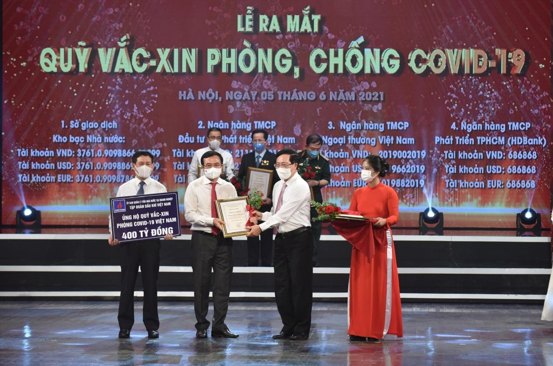 Chủ tịch HĐTV Hoàng Quốc Vượng trao số tiền ủng hộ 400 tỉ đồng cho Quỹ Vắc-xin phòng chống Covid-19