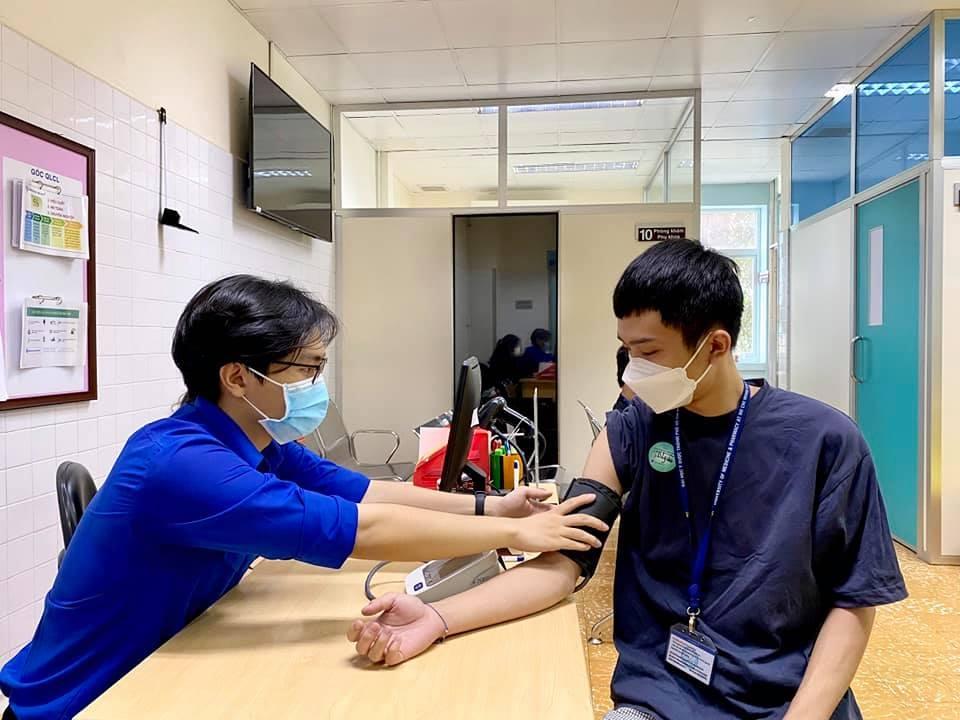 thực hiện tiêm vắc-xin COVID -19 cho những lực lượng tuyến đầu chống dịch