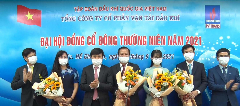 Tặng hoa tri ân những cán bộ miễn nhiệm và thành viên mới của HĐQT và Ban Kiểm soát PVTrans