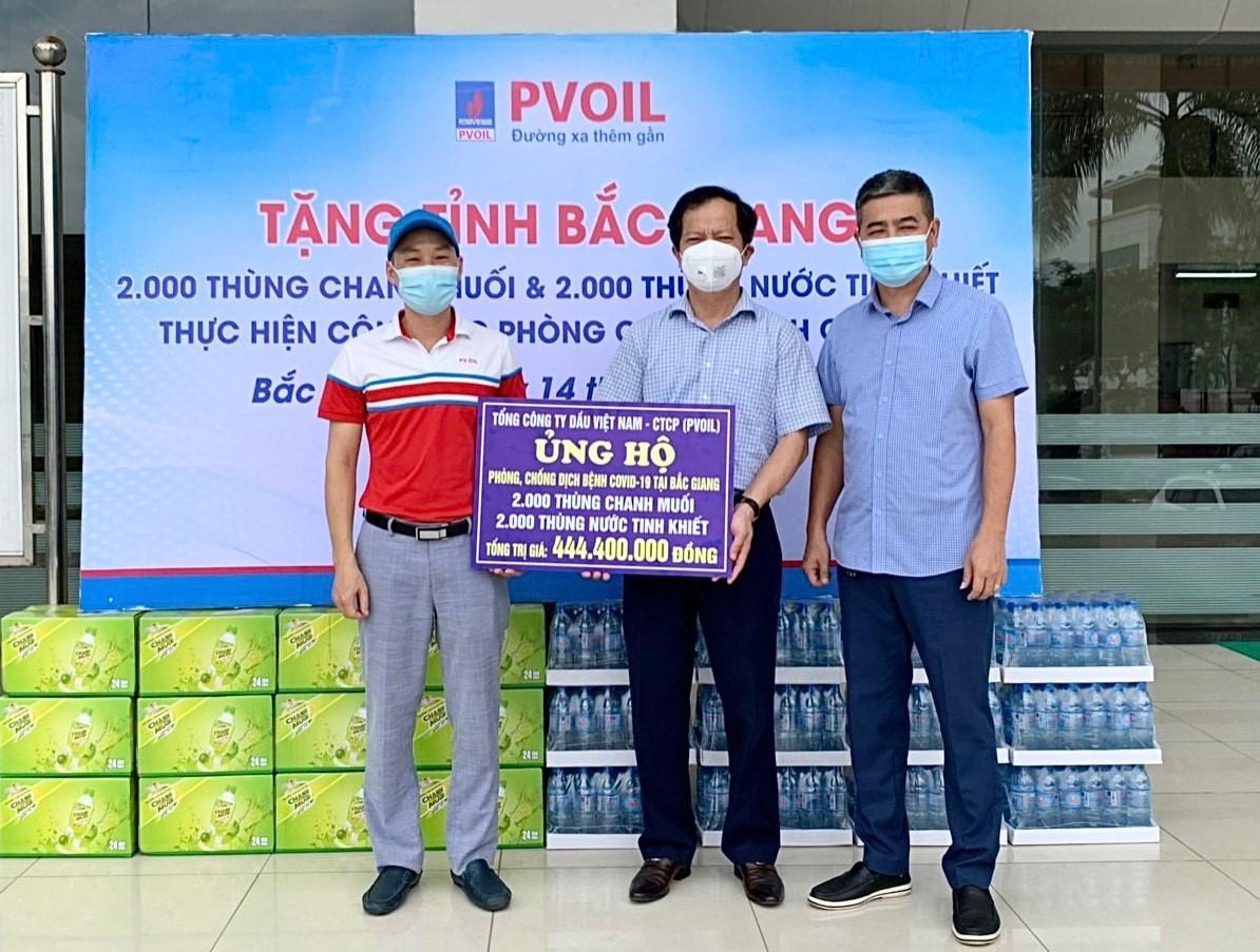 Ông Trịnh Hữu Bàn – Phó Chủ tịch thường trực UBMTTQ Việt Nam tỉnh Bắc Giang tiếp nhận 4.000 thùng nước từ PVOIL