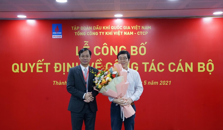 Chủ tịch Công đoàn PV GAS Trần Xuân Thành (trái) tiếp nhận nhiệm vụ từ lãnh đạo tiền nhiệm Nguyễn Văn Hùng