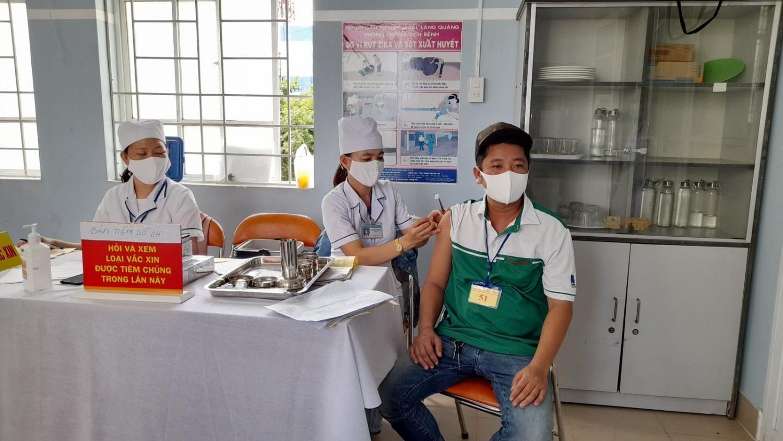 Người lao động PVOIL Phú Yên được tiêm vắc xin phòng Covid-19