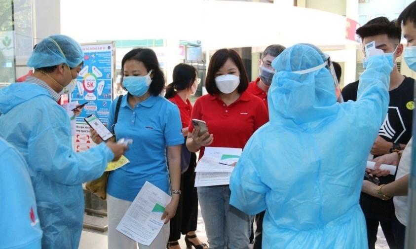 Kiểm tra khai báo y tế, thân nhiệt cho người lao động Dầu khí trước khi bước vào khu vực tiêm chủng