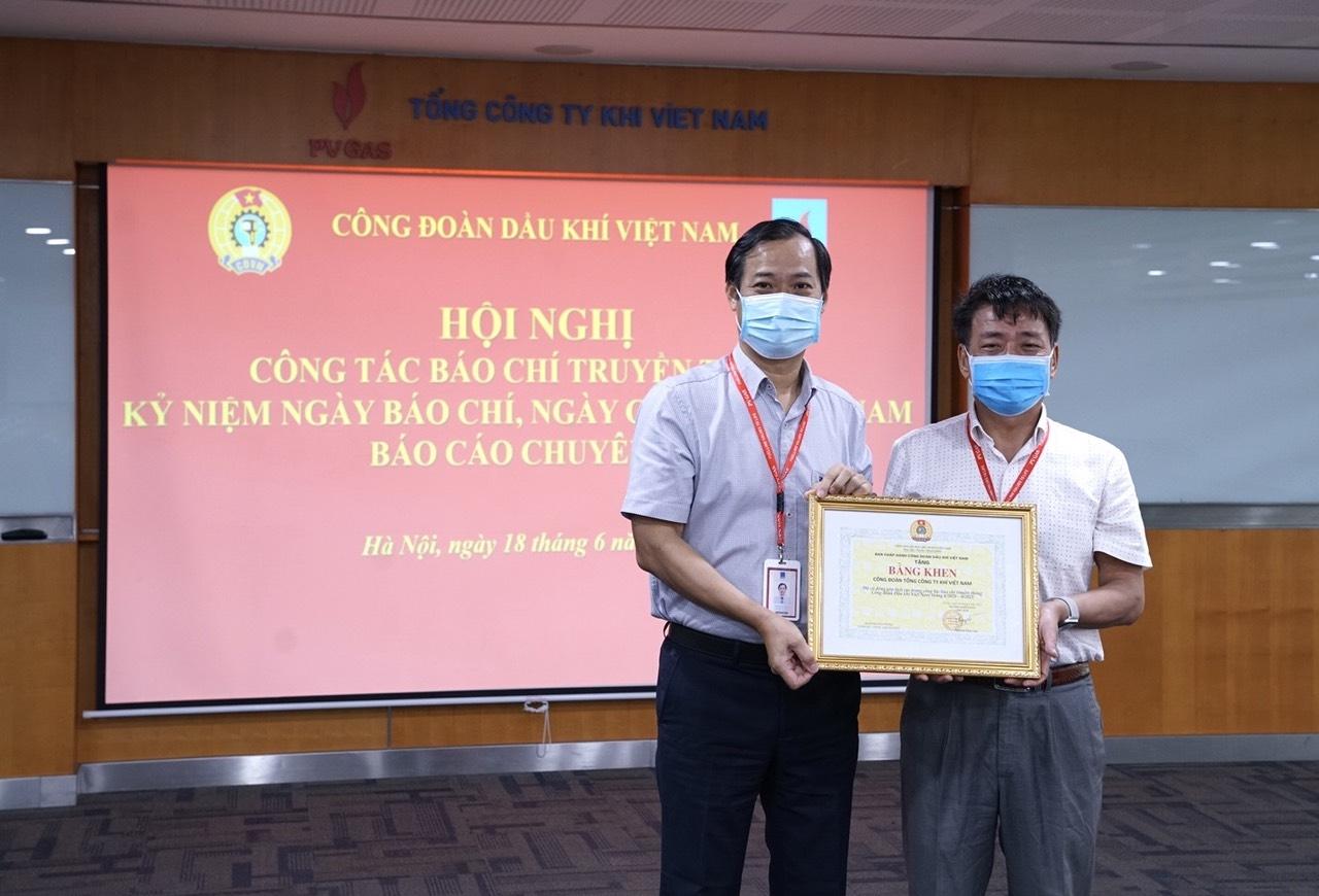 Đồng chí Trần Xuân Thành – Chủ tịch Công đoàn PV GAS đã thay mặt CĐ DKVN trao tặng Bằng khen cho Công đoàn PV GAS tại điểm cầu trực tuyến PV GAS