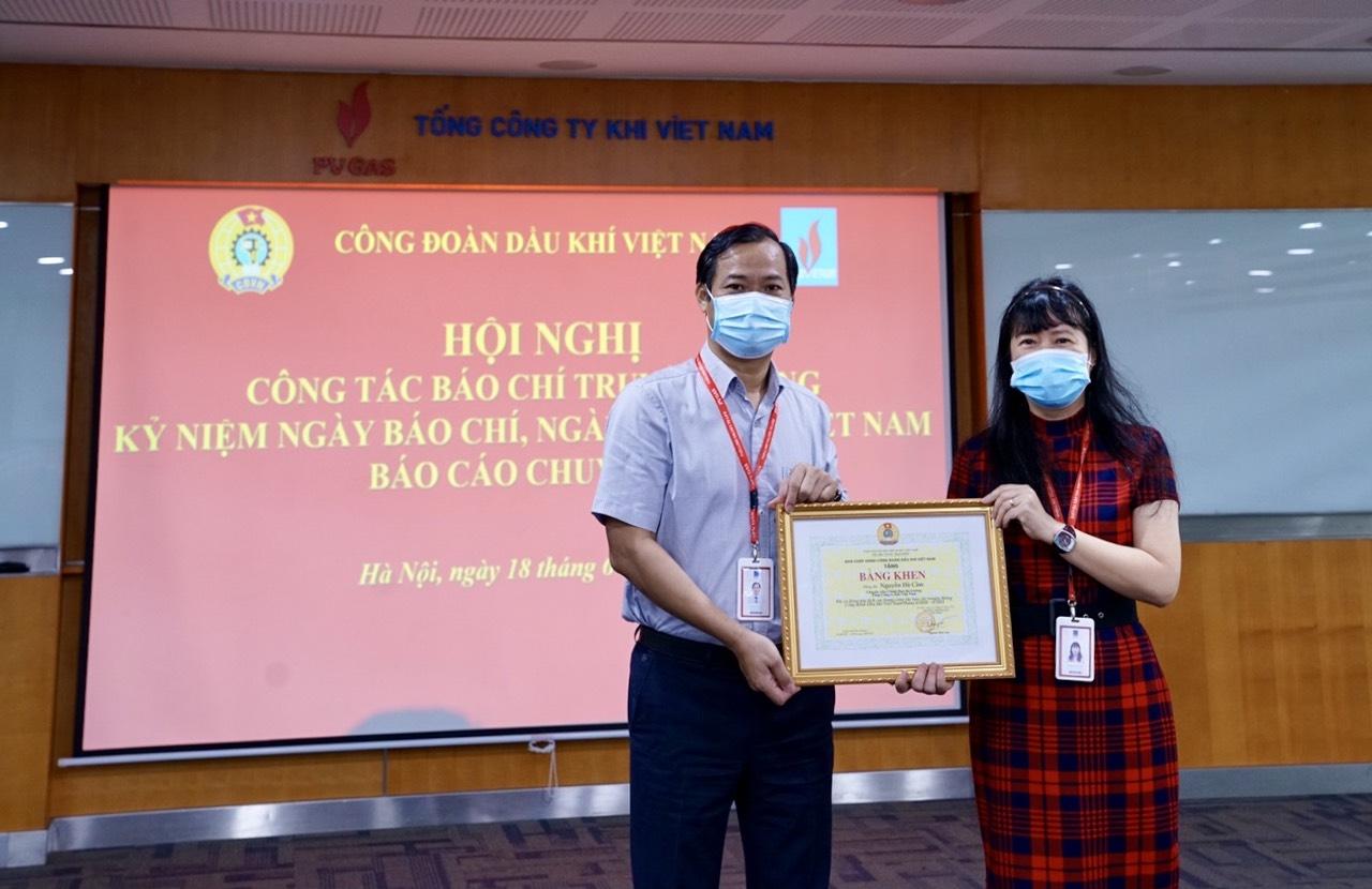 Đồng chí Trần Xuân Thành – Chủ tịch Công đoàn PV GAS đã thay mặt CĐ DKVN trao tặng Bằng khen cho cán bộ truyền thông PV GAS