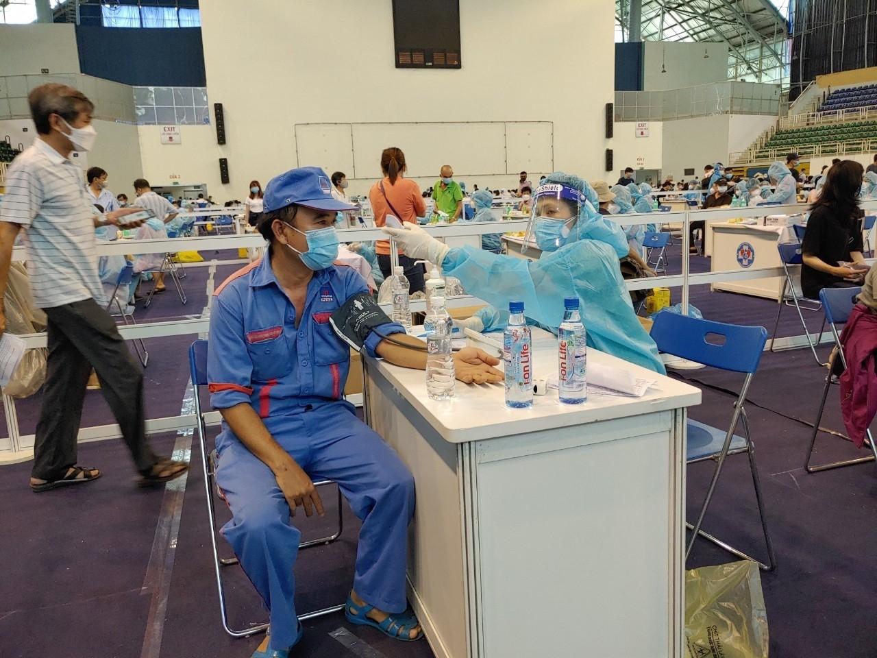 100% CBCNV, người lao động tại khu vực TP HCM được tiêm vắc xin phòng Covid-19