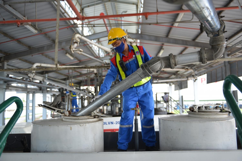 Công nhân kho xăng dầu PVOIL cấp hàng cho xe bồn