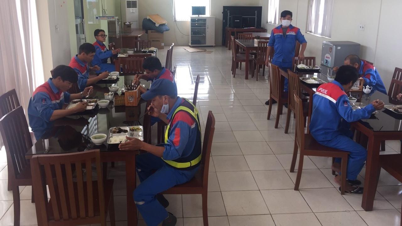 Công nhân chia nhóm nhỏ ăn trưa tại kho xăng dầu